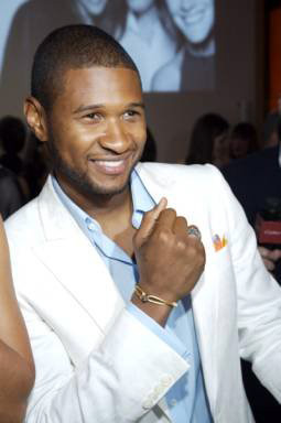 2007 LOVE DAY Ambassador, Usher wears his bracelet proudly